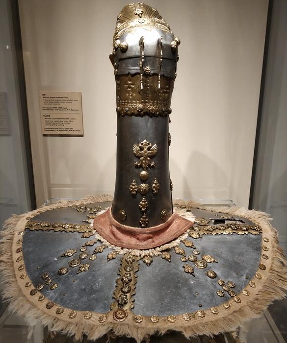 Тарч. Москва, вт. пол. 17 в. Сталь, железо, серебро, ткань, золочение. Тарч – это щит с железным рукавом, надеваемым на левую руку.