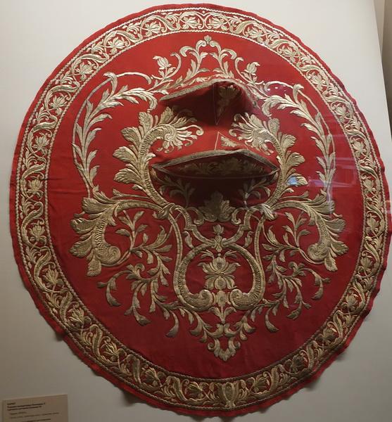 Намет (геральдическое украшение). Подарен императрице Екатерине II турецким султаном Селимом III. Турция, 18 в. Сукно, атлас, золотые нити.