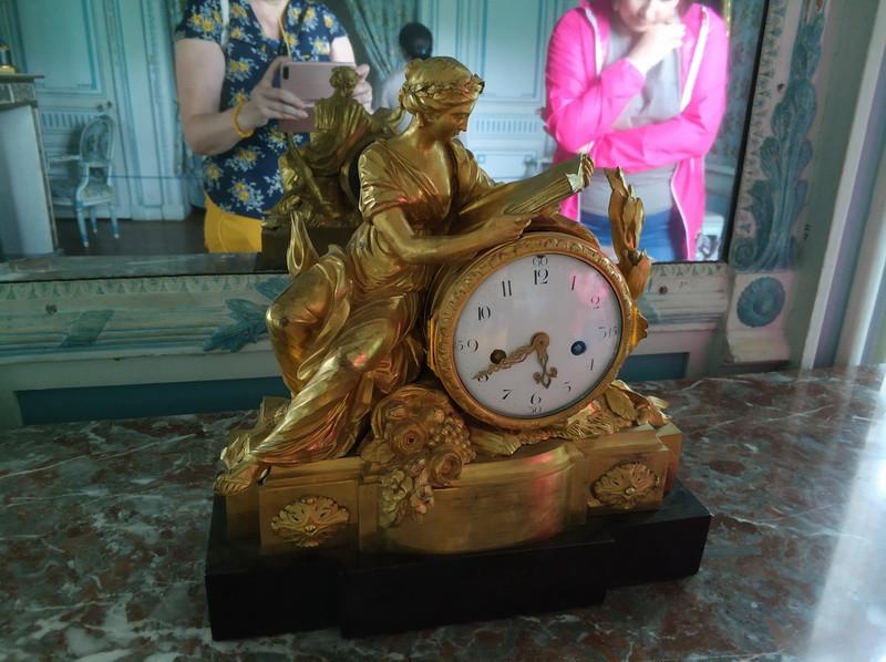 Часы светлой бронзы с фигурой Клио. Франция, 1765-1770 г. Мастерская Жан-Жозеф де Сен-Жермен. Часовой мастер Пьер Жиль. Бронза, дерево, эмаль, золочение.