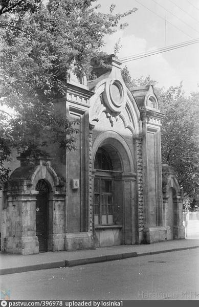 Главный портал храма Спаса Преображения Господня на Песках в стиле псевдоготики. Фото 1987-1989 гг.