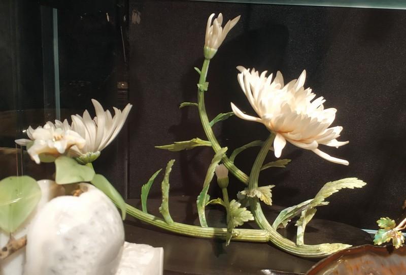 Хризантема японская. Япония. Начало ХХ в. Слоновая кость, дерево; резьба, окраска.