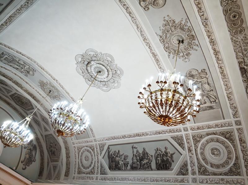 Бочкообразный потолок с росписями в стиле гризайль.