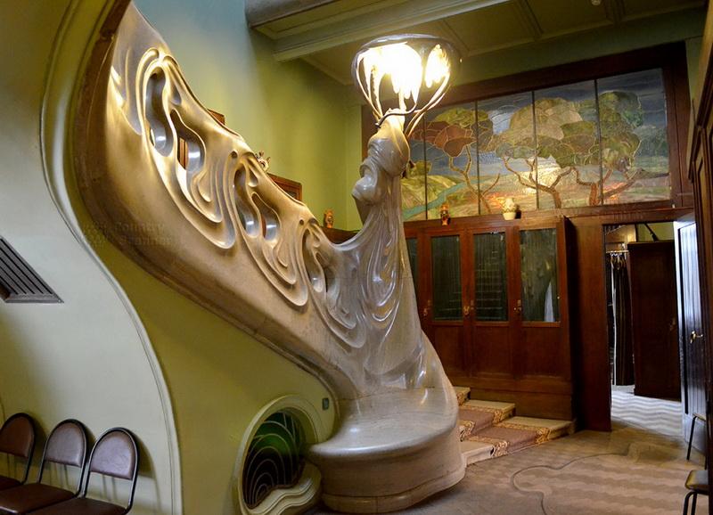 Вентиляционное отверстие (для подачи теплого воздуха) в лестнице и скамейка.
