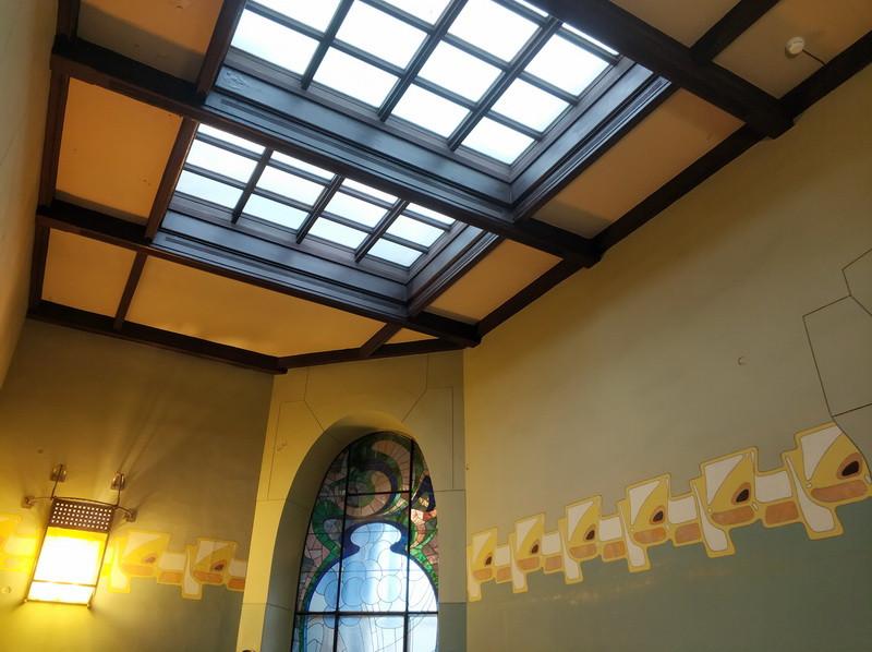Потолочный световой фонарь холла.