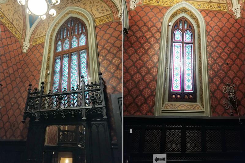 Стрельчатые окна с витражами над зеркалом (слева) и напротив входной двери в вестибюле.