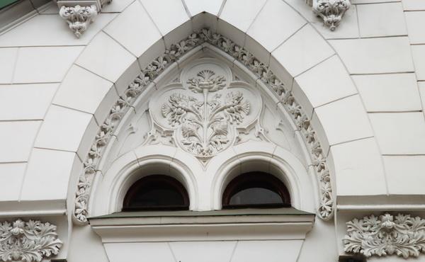 На портале западного фасада над парадным входом — букет из чертополоха.