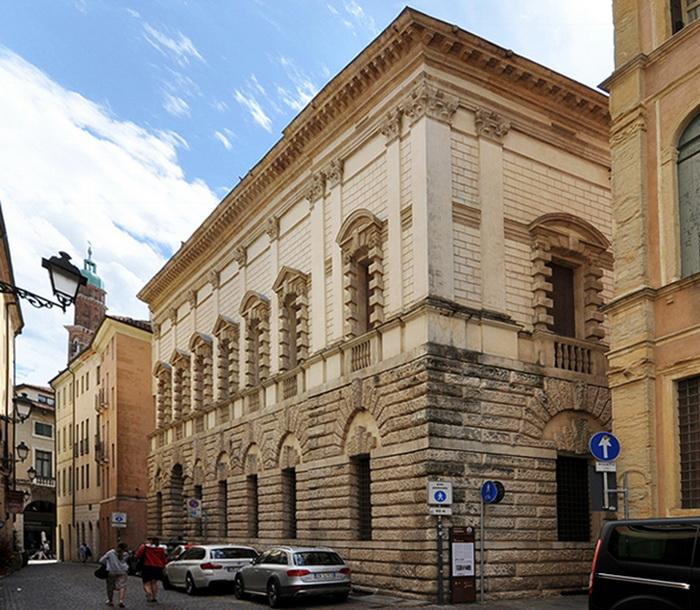 Палаццо Тьене в городе Виченца, построенный в 1550—1551 годах великим итальянским архитектором позднего Возрождения Андреа Палладио.