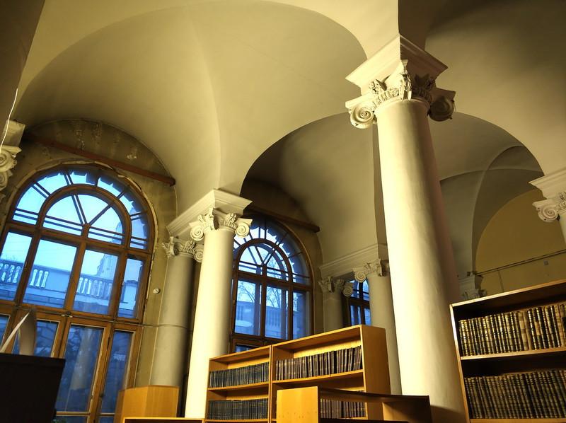 Проездной двор особняка Тарасова. Сейчас в этом дворе библиотека.