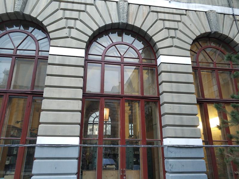 Три закрытые арки со стороны двора.