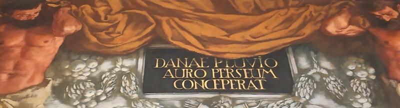 Подпись на фризе: «Даная от дождя золотого зачала».