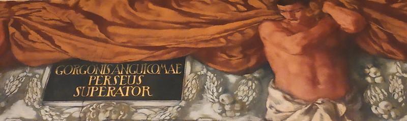 Подпись на фризе: «Горгону Медузу со змеиными волосами Персей побеждает».