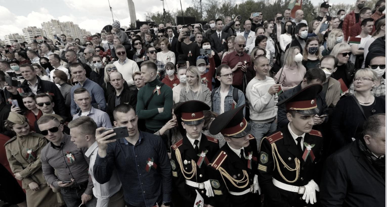 Толпы людей празднуют День Победы в Минске, 9 мая 2020 года