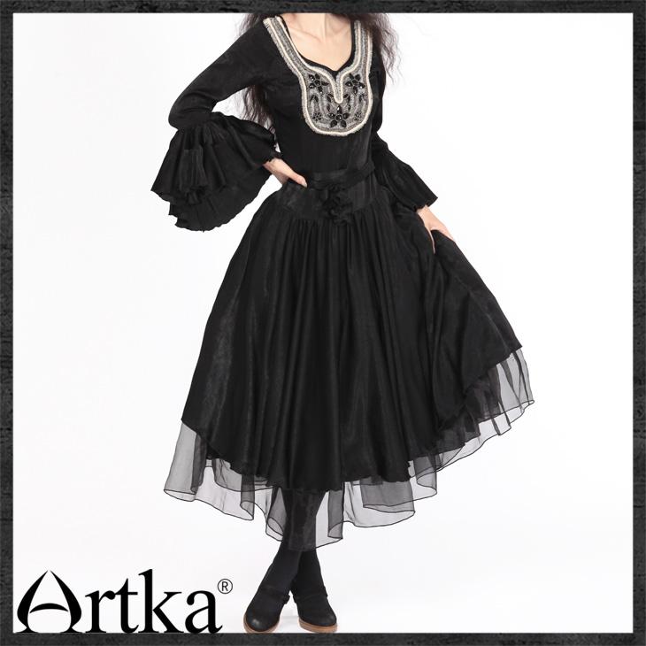 Женщина в черном вышивка