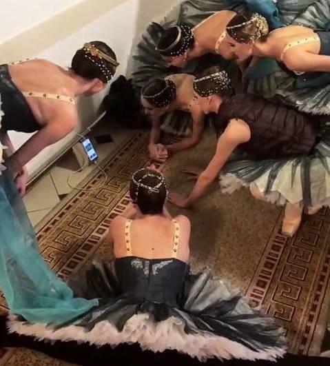 Балетная труппа Большого театра прервала репетицию и следит за серией пенальти