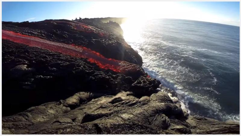 Лава вулкана Килауэа стекает в океан