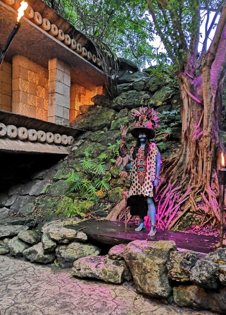 Человек в костюме индейца майя в Парке развлечений.