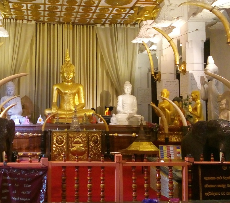 Скульптура Будды в Храме Зуба Будды (Канди, Шри-Ланка).