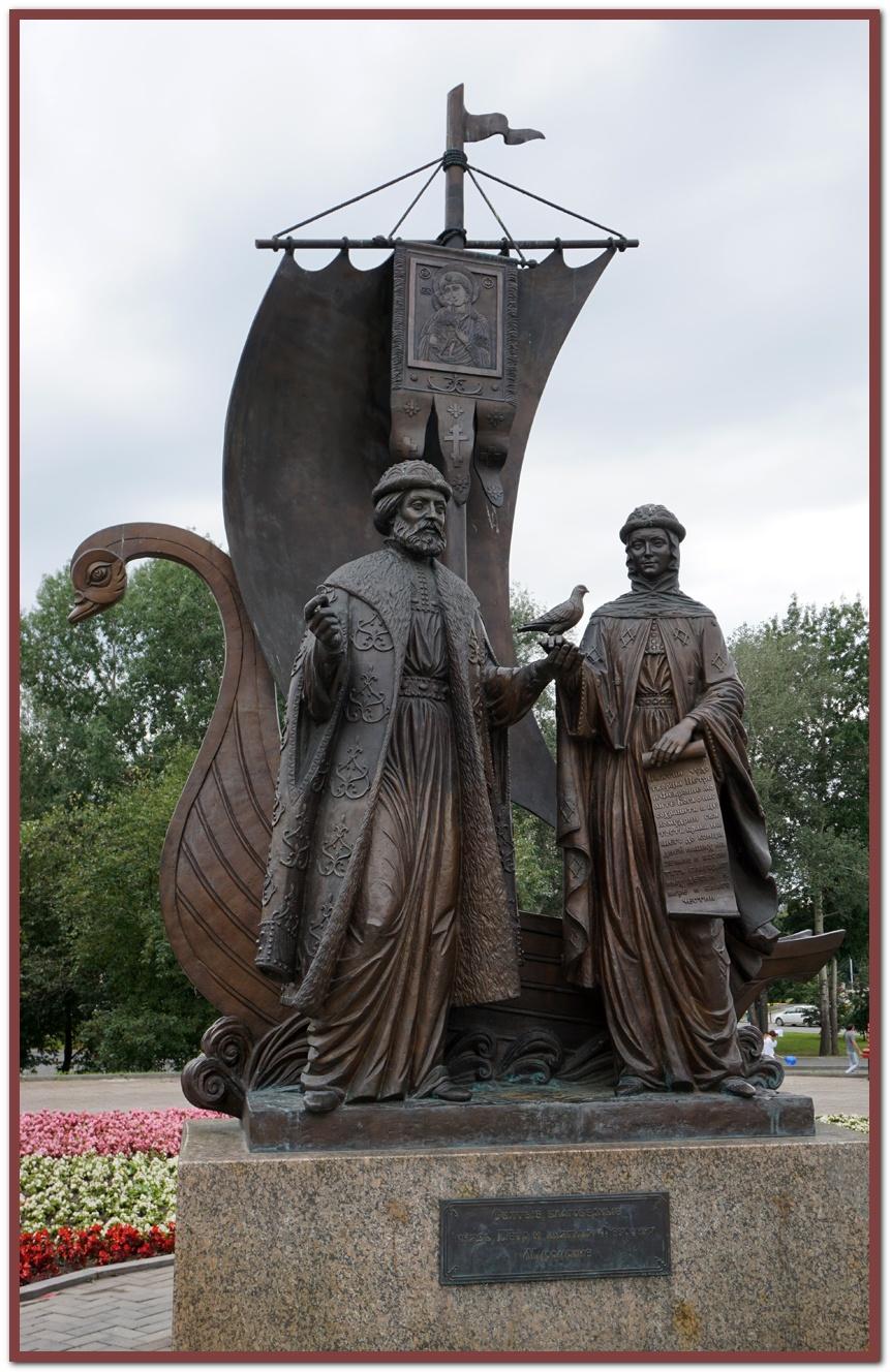 Памятник Петру и Февронии в Екатеринбурге.