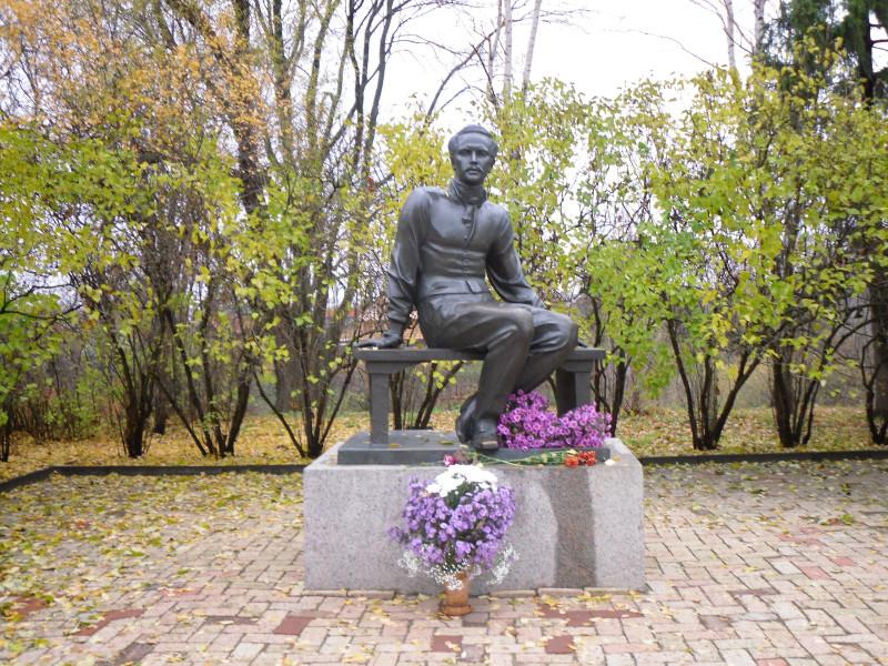 Памятник Михаилу Лермонтову в Тарханах.
