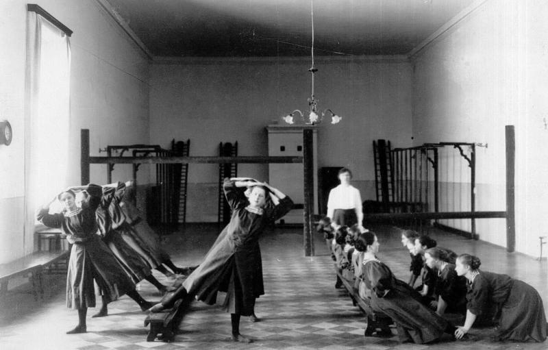Урок физической культуры в Смольном монастыре благородных девиц. Фото: ТыжИсторик / Yandex Zen