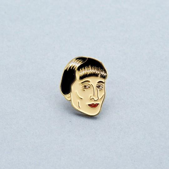 Эмалевый значок «Анна Ахматова». Источник: сайт магазина «Подписные издания»