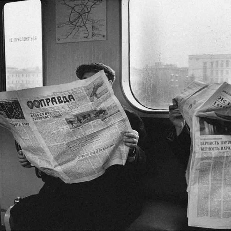 Читатели в вагоне московского метро, 1970 год. Фото: Евгений Умнов, russiainphoto.ru