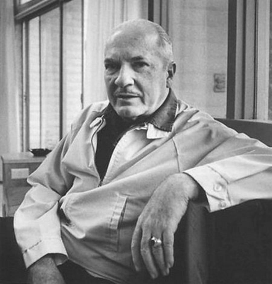 Роберт Хайнлайн в последние годы жизни. Он умер во сне на 81-м году жизни от последствий эмфиземы утром 8 мая 1988 года, во время начальной стадии работы над романом из серии «Мир как миф». Источник: www.prnewswire.com