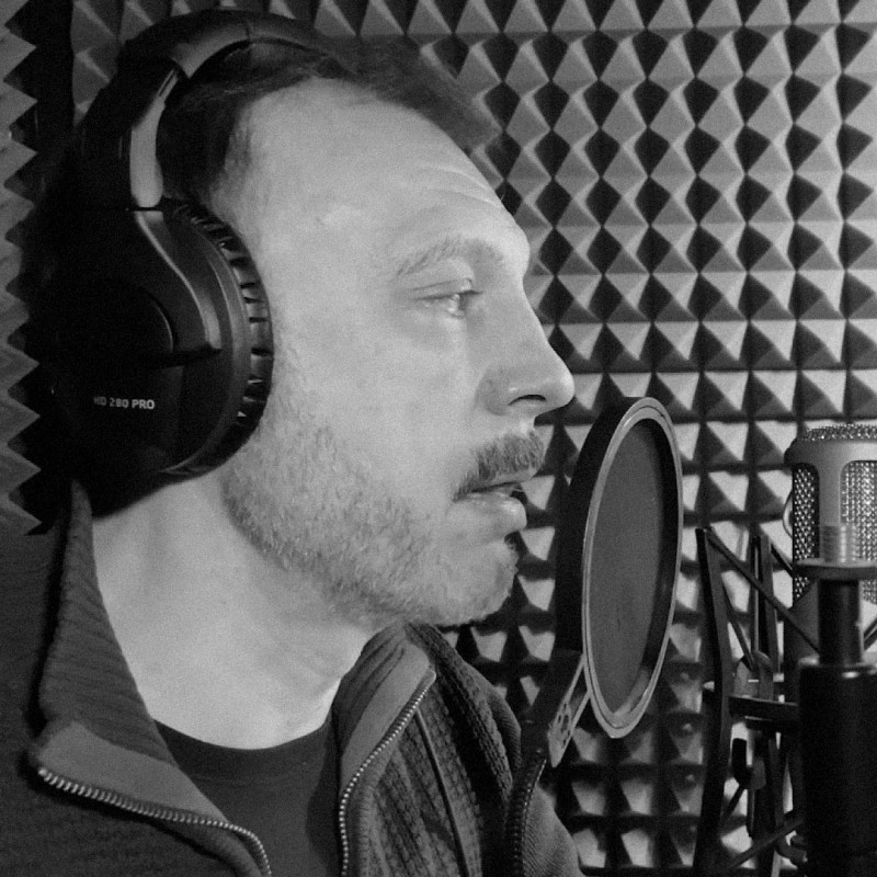 Актер Сергей Чонишвили в процессе записи аудиокниги. Источник: Youtube-канал Олега Гладова