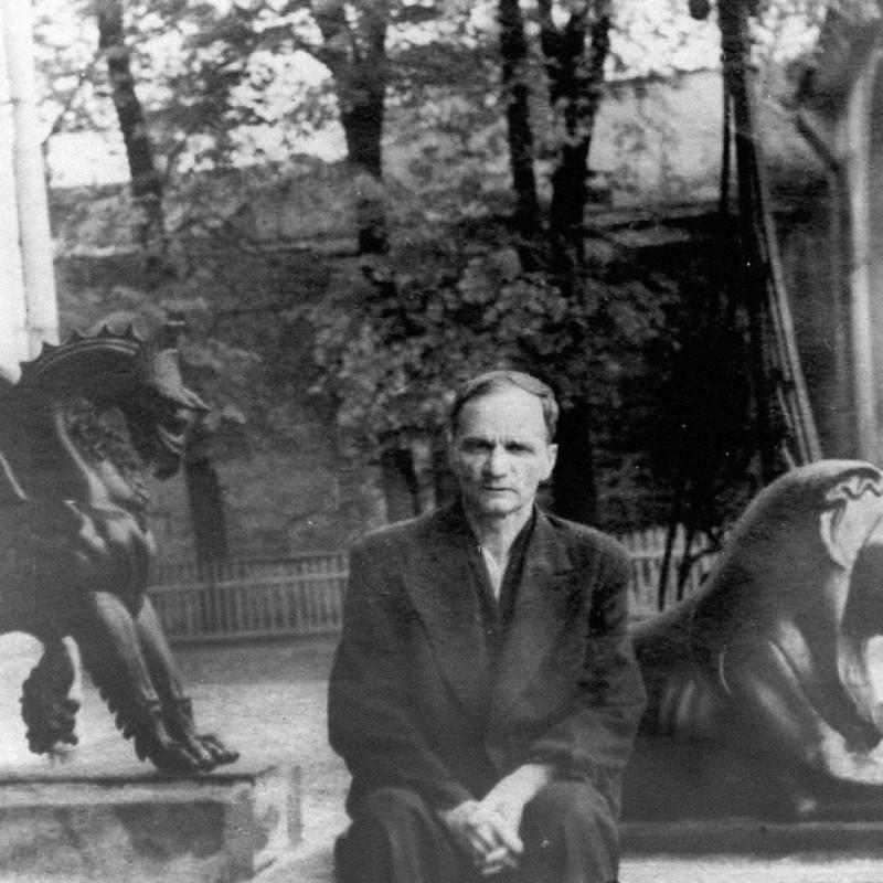 Андрей Платонов на крыльце туберкулезного санатория «Высокие горы», Москва, 1948. Источник: platonov-ap.ru
