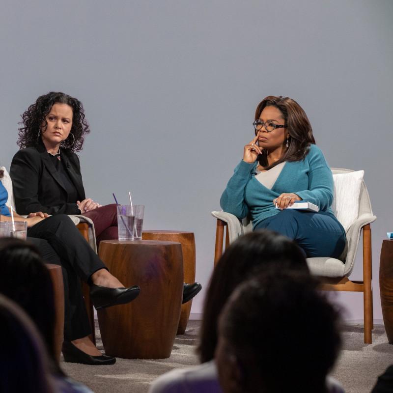 Опра Уинфри с гостями обсуждает книги / nytimes.com