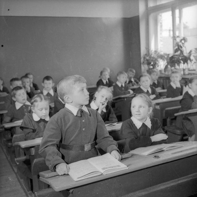 Занятия в школе. Фото: Евгений Халдей, 1956 / russiainphoto.ru
