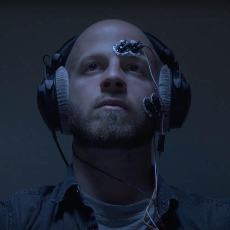 Пока человек смотрит фильм, специальные датчики и камеры фиксируют реакции его тела на увиденное. Кадр из ролика Института эмпирической эстетики имени Макса Планка во Франкфурте