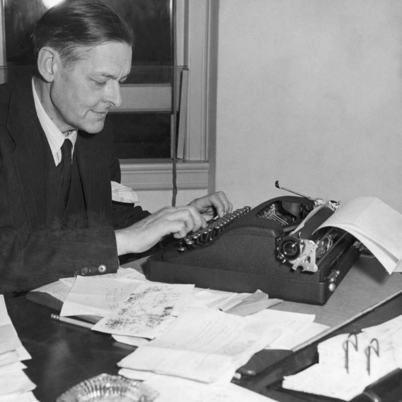 Томаса Стернза Элиота часто обвиняли в плагиате, на что он говорил: «Плохие поэты портят то, что они берут, а хорошие поэты превращают это во что-то лучшее или, по крайней мере, во что-то другое». / Bettmann Archive thoughtco.com