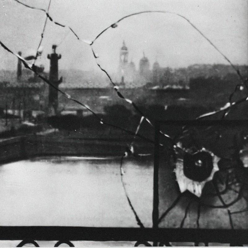 След от пули в окне Зимнего дворца, Санкт-Петербург, октябрь 1917. Фото: неизвестный автор, russiainphoto.ru