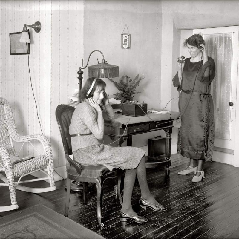 Слушательницы радио в Вашингтоне, около 1922 года. Источник: pinimg.com