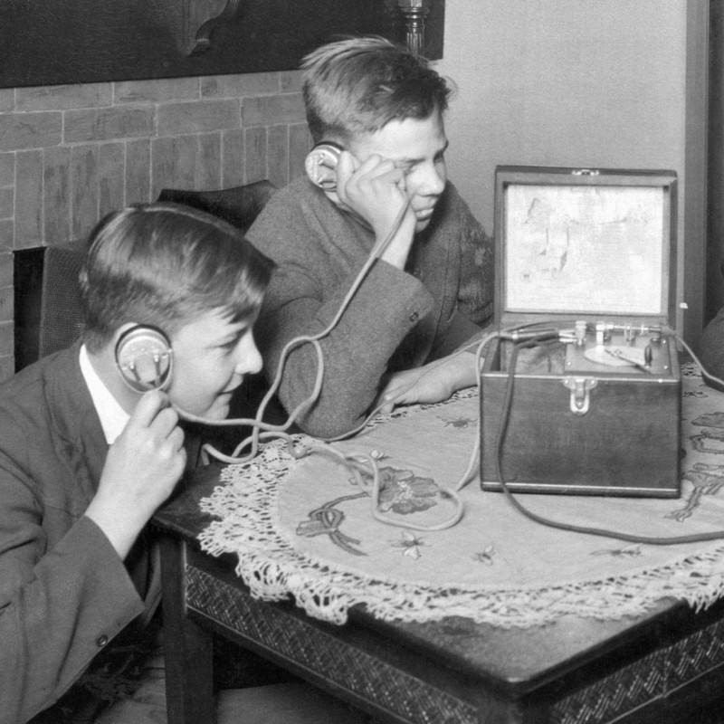 Дети слушают радио в наушниках (1920-е). Источник: insdrcdn.com