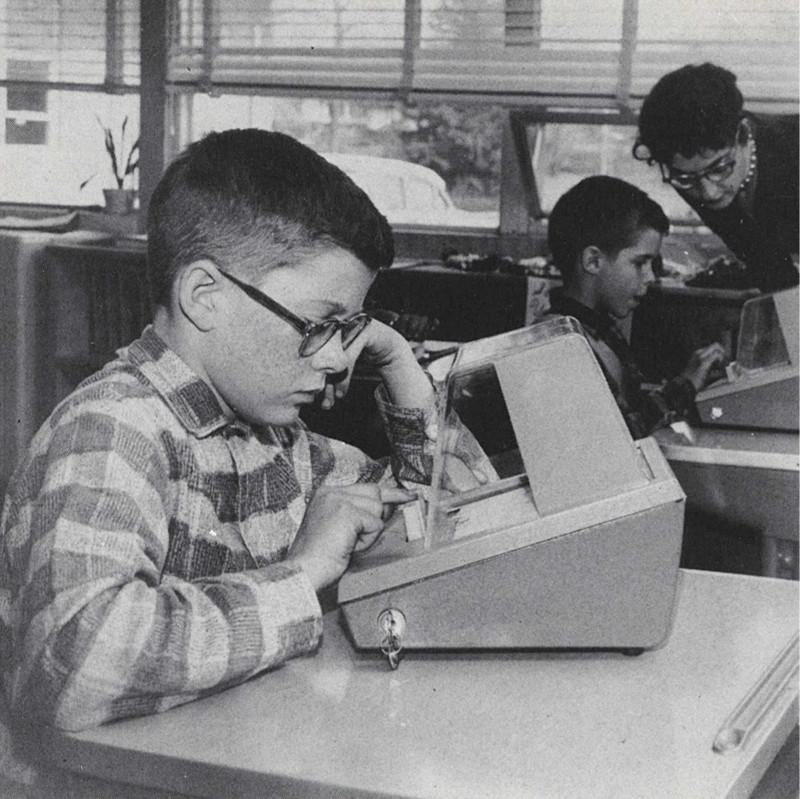 Устройство со встроенными вопросами для проверки знаний американских школьников. Фото из книги Арнольда Бэрека «Грядущие перемены», 1962. Источник: vintag.es