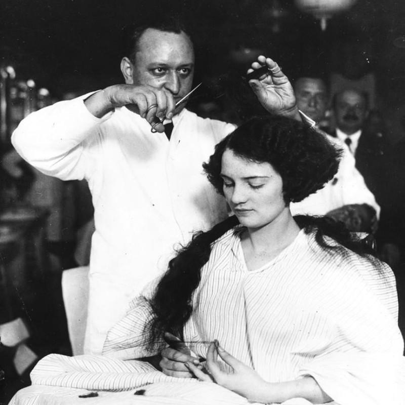 Женщине делают прическу «боб», ок. 1920. Вероятно, у этой клиентки короткие волосы были впервые с детского возраста. Источник: Сьюзан Дж. Винсент, «Волосы: иллюстрированная история»