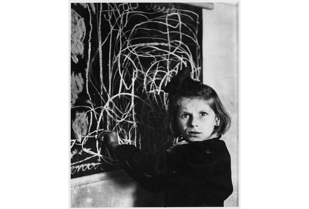 Тереска, девочка из дома для психически травмированных детей, рисует дом на доске, Варшава, 1948 © Чим (Дэвид Сеймур) Magnum Photos, предоставлено Chim Estate. Источник: bjp-online.com