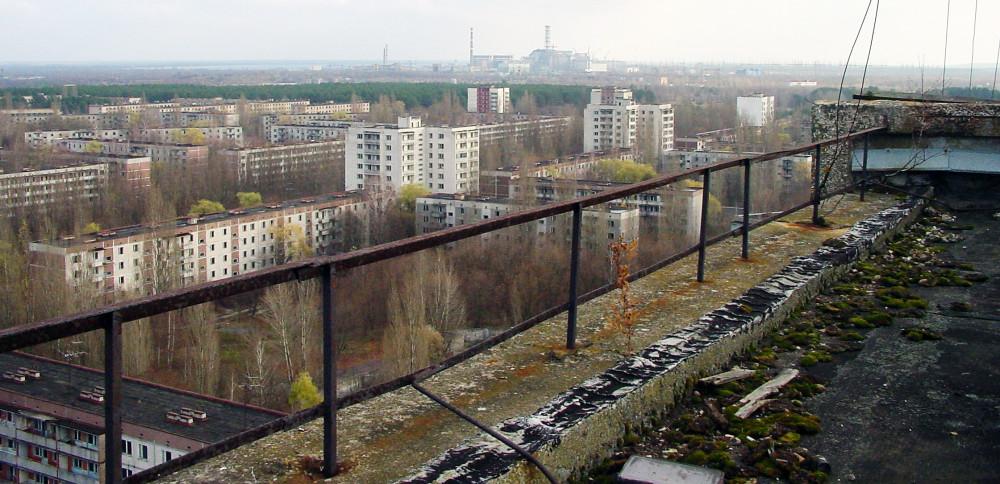 Припять. Вид на Чернобыльскую АЭС и город с крыши жилого дома, 2005 год. Источник: ru.wikipedia.org