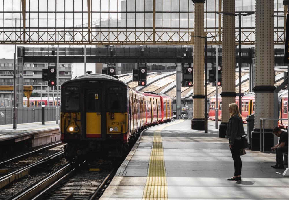 Пассажиры станции спешат по своим делам, им дела нет до страданий семьи. Фото: Roman Fox / Unsplash