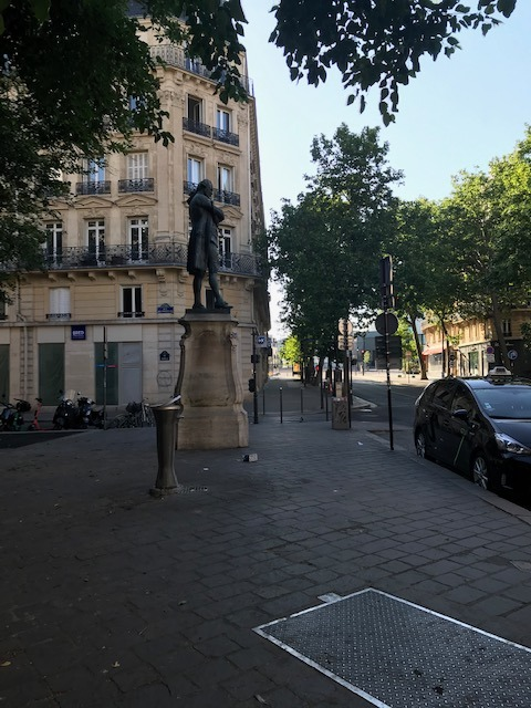 Он один в пустом Париже в 7.30ч утра сегодня.