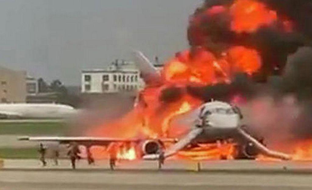 В Шереметьево сгорел самолет Аэрофлота Superjet-100. Погибли 13 человек. Видео