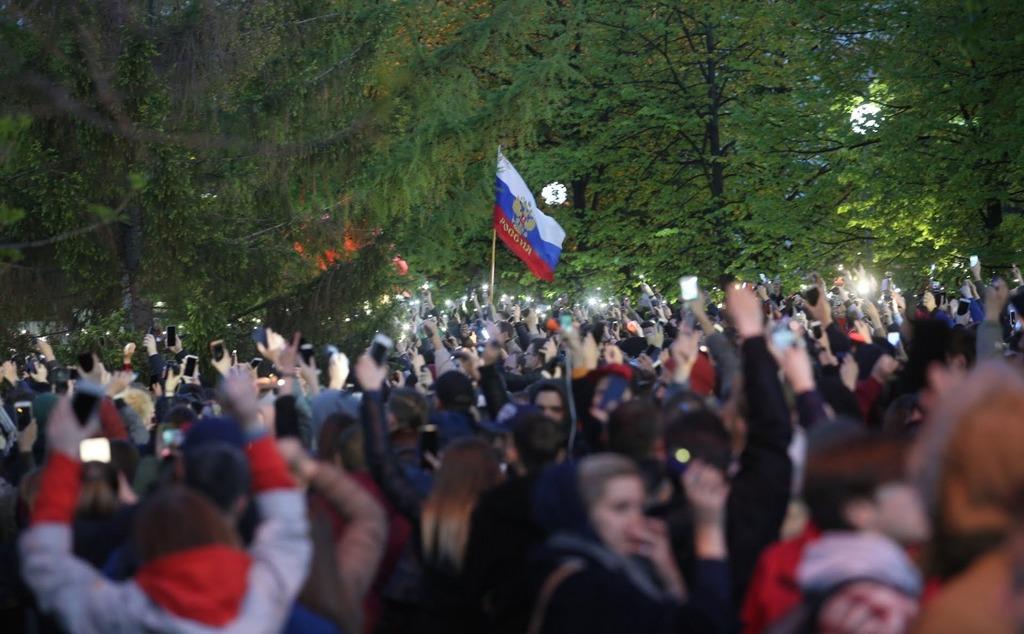 Происходит революция в массовом сознании россиян. Люди ждут нового Ленина