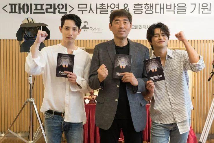 (актеры Ли Су Хёк (слева) и Со Ин Гук (справа) с режиссером Ю Ха)