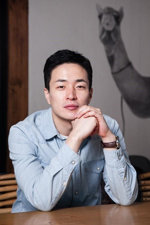 (на фото режиссер Ли Бён Хон)