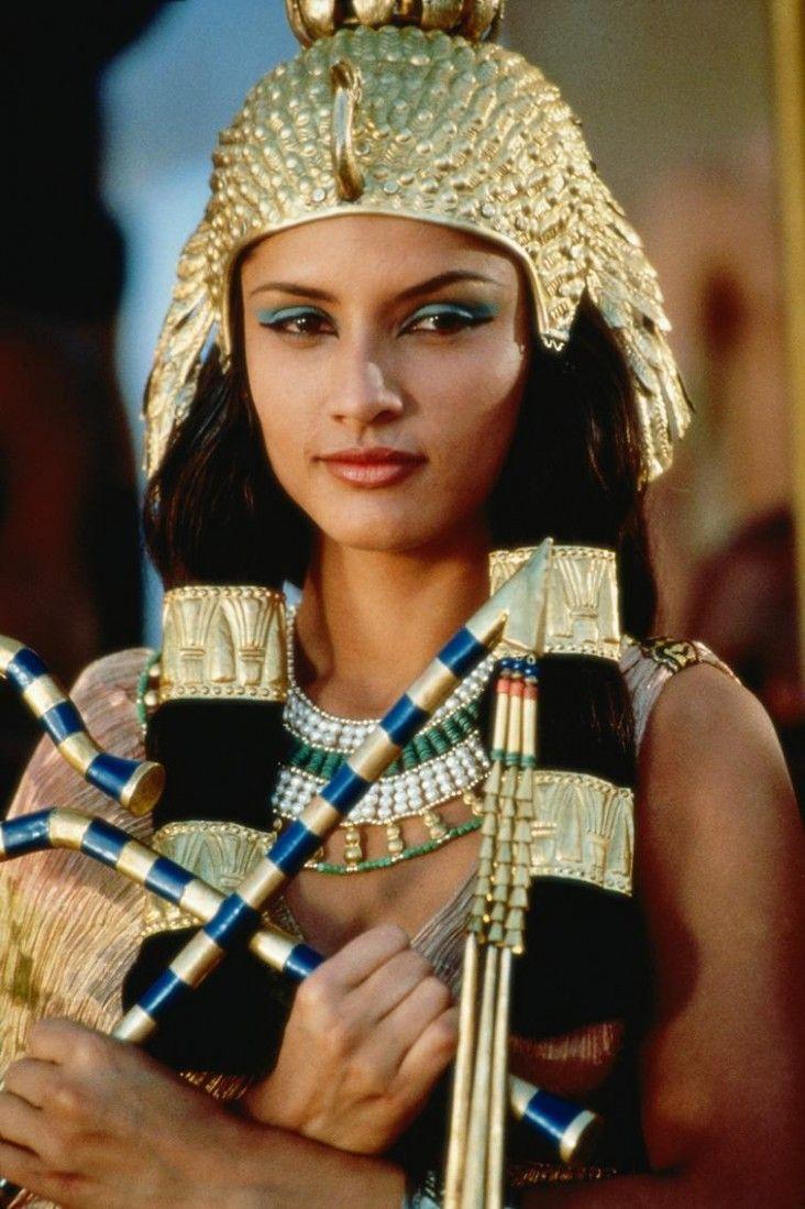 Леонор Варела в роли Клеопатры 1999 г.