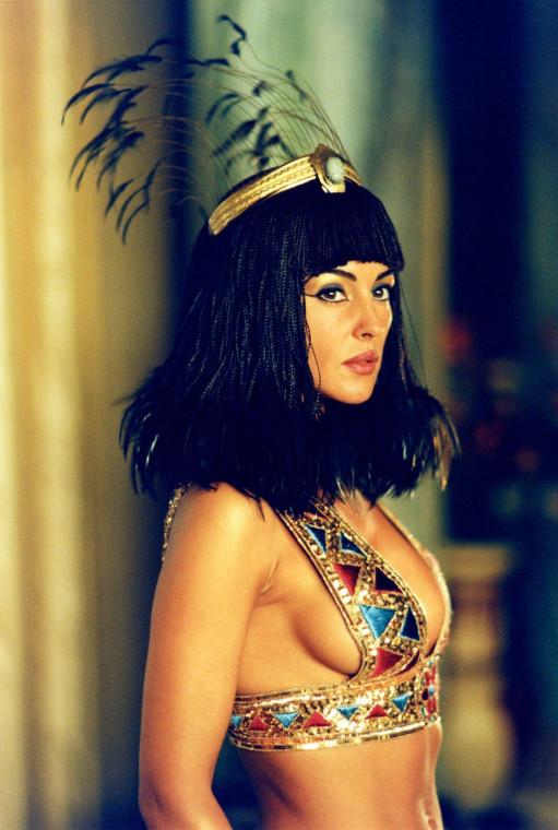 Моника Беллуччи в роли Клеопатры 2002 г.