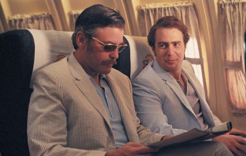 """Сэм Рокуэлл и Джордж Клуни в фильме """"Признания опасного человека"""", 2002г."""