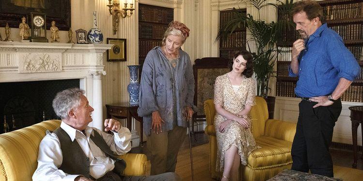 "Кадр со съёмок ""Почему не Эванс?"": Джим Бродбент, Эмма Томпсон, Люси Бойнтон и Хью Лори"